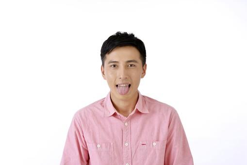 人物 日本人 男性 日本人男性 おすすめ  ポーズ 20代 30代 私服 シャツ  ピンク カジュアル 表情 屋内 白バック  白背景 上半身 失敗 ミス うっかり あっかんべー 舌を出す 正面 余白 ユーモラス コミカル mdjm001