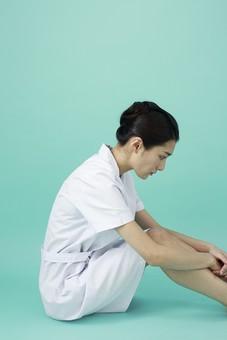 人物 女性 日本人 20代 30代   仕事 職業 医療 病院 看護師  ナース 医者 医師 女医 薬剤師  白衣 看護 屋内 スタジオ撮影 背景  グリーンバック おすすめ ポーズ 全身 座る 横向き 横顔 俯く しょんぼり 落ち込む mdjf010
