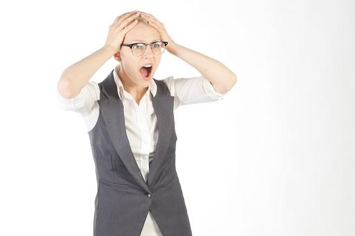 社長 取締役 代表者 重役 CEO 女性 おんな 女 ウーマン レディ 外国人 眼鏡 メガネ めがね 上半身 びっくり 驚き 束ねる 驚く 叫ぶ 押さえる 抱える 困る あごが外れる 驚嘆 ありえない 身振り 手振り オーバーアクション 会議 会社 企業 カンパニー 室内 屋内 白バック 白背景 mdff013