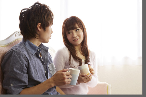 人物 カップル 恋人 若者 20代 夫婦 ファミリー 新婚 男性 女性 二人 マグカップ 飲み物 ドリンク コーヒー 紅茶 休憩 休息 コーヒーブレイク ティーブレイク 楽しむ 語り合う 仲良し 一緒 笑顔 リビング ソファ 室内 カーテン 日差し 休日 休暇 若い 日本人 mdjm022 mdjf040