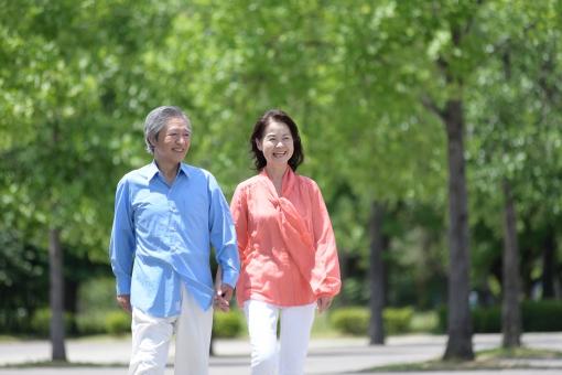公園で寄り添うシニア夫婦33の写真
