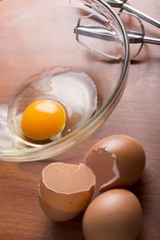 たまご 卵 玉子 タマゴ エッグ 卵色 料理 食べ物 食材 食料 物撮り 屋内 人物なし 上から視線 レシピ アップ ズーム 鶏 にわとり ニワトリ 割る 中身 泡だて器 器具 黄 容器 ボール 割る 殻 黄身 白身