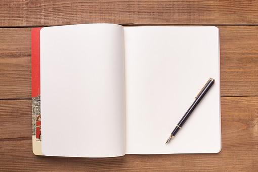 屋内 無人 俯瞰 ハイアングル 机 デスク テーブル 木目 ノート 本 手帳 帳面 メモ帳 文具 ステーショナリー 白 見開き 開く 紙 白紙 余白 スペース 1冊 机上 小物 万年筆 筆記用具 1本