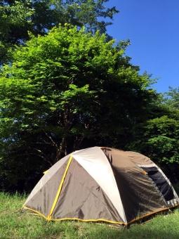 キャンプ アウトドア テント 青空 晴れ 木々 山 森 空 自然 泊り 登山 風景 景色 植物 緑 日差し 森林浴 森林 休日 休暇 リフレッシュ 初夏 新緑 野外 無人
