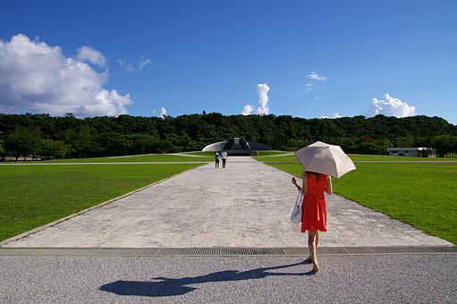 女性 人物 歩く 後姿 リゾート 旅行 日傘 傘 パラソル 空 青空