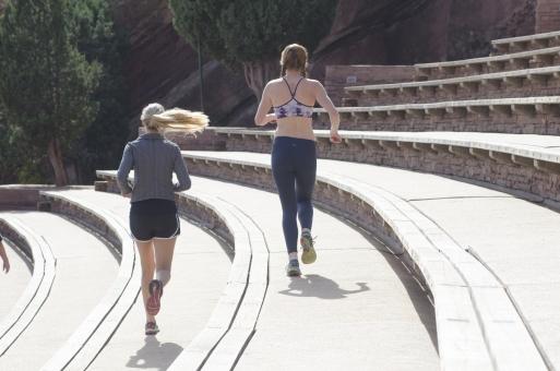 人間 人物 ポートレート ポートレイト 女性 外国人 外国の女性 外国人女性 ブロンド 金髪  おさげ ポニーテール  フィットネス スポーツ 健康 美容 トレーニング エクササイズ エキササイズ  トレーニングウェア スポーツウェア  スポーツブラ 走る ランニング ジョギング 全身 mdff066 mdff111
