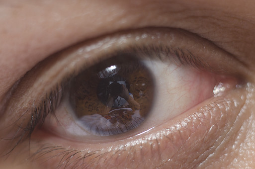 静物 背景 余白 影 スナップ 模写 置く 物 物体 デッサン 練習 習作 目 瞳 顔 黒目 白目 まぶた 見つめる 見る 目薬 まつげ 二重 ヒト 美容 将来 細胞 研究