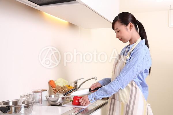 料理をする女性1の写真