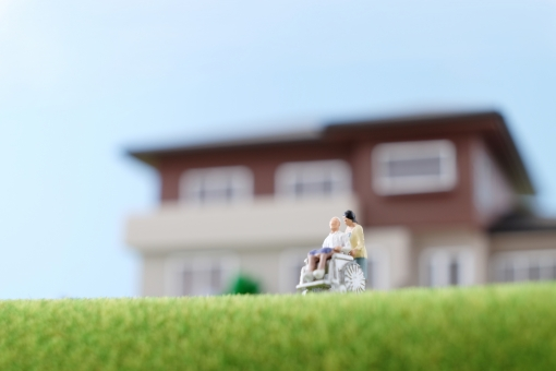 車イス 介護 介護士 車椅子 ヘルパー 人物 車いす 2人 人形 ミニチュア フィギュア シニア 男性 女性 青空 屋外 座る 立つ 散歩 コピースペース 草原 芝生 働く 仕事 職業 高齢者 中高年 歩く 押す 明るい 介護福祉 ケア ホームヘルパー 老人 自宅 住宅 模型 家 一軒家 一戸建て 外出