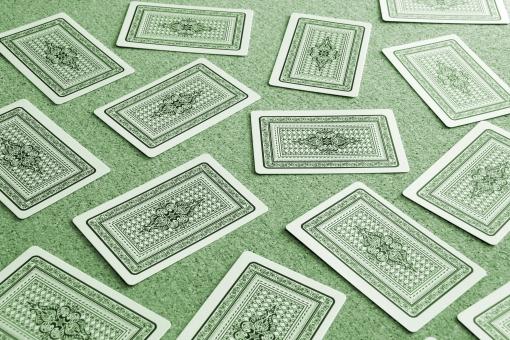 カード ゲーム 神経衰弱 トランプゲーム カードゲーム 遊び 背景 バック 素材 背景素材 イメージ web web素材 選択肢 選択 未知 わからない 見えない 不明 悩む 迷う 考える 人生 道 選ぶ 決断 決める 緑 グリーン 決意