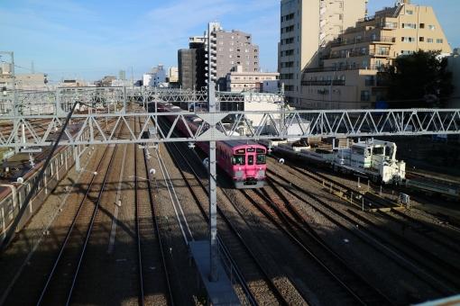 西武池袋線 ピンクの電車 きゃりーぱみゅぱみゅ 西武線 ピンク 陸橋より 車庫