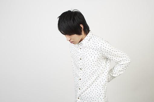 人物 男性 日本人 モデル 若者  若い 青年 20代 大学生 学生  私服 カジュアル シャツ ポーズ スタジオ  白バック 白背景 上半身 腰 手を当てる 腰痛 痛い 疲れ 疲労 横向き mdjm006