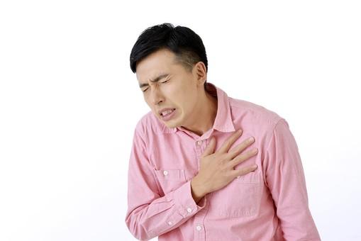 人物 日本人 男性 日本人男性 おすすめ ポーズ 20代 30代 私服 シャツ ピンク カジュアル 表情 屋内 白バック 白背景 上半身 痛い 胸 苦痛 苦しい 動悸 押さえる 悲しみ 辛い 余白 仕草 ジェスチャー mdjm001