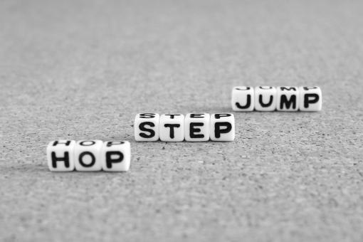 ホップステップジャンプ ホップ ステップ ジャンプ HOPSTEPJUMP HOP STEP JUMP hop step jump ステップアップ レベルアップ スキルアップ 成長 飛躍 伸びる 進展 練習 人生 学習 勉強 ビジネス 仕事 給料 プロセス 進歩 背景 素材 壁紙