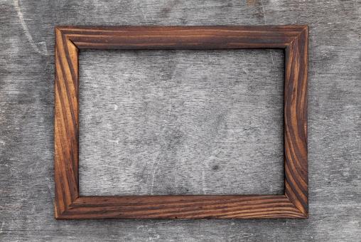 額縁 額 縁 枠 フレーム 木 木製 ウッド 木材 木枠 窓 壁 板壁 壁面 フォトフレーム 写真立て フォト 飾り インテリア 額装 デザイン 写真 絵 絵画 板 美術 背景 バックグラウンド 四角 素材 展示 余白 空白 空間 スペース コピースペース 古い アンティーク レトロ 汚い 汚れ 汚れた 掲示板 案内 案内板 伝言 メッセージ 質感 テクスチャ テクスチャー 木目 画材 茶色 雑貨 シンプル アップ クローズアップ 一つ 1つ 屋内 無人 人物なし