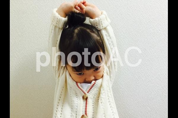 伸びをする女の子の写真