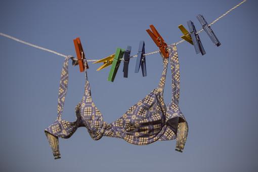 青空 空 お空 晴天 晴れ 快晴 青色 青い 青天井 蒼穹 蒼天  爽やか 爽快 さっぱりした 健康的  洗濯物 洗濯 干す 乾かす 乾す さらす  吊る 吊り下げる 吊るされた  ロープ ビニールロープ  洗濯バサミ クロスピン 洗濯ばさみ 留め具 日用品 生活雑貨 家庭雑貨 ブラジャー ブラ 下着 アンダーウェア