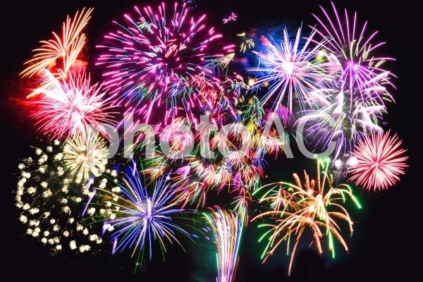 カラフルな打ち上げ花火の写真