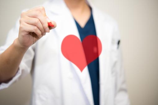 ハート ラブ 治癒 思いやり 病院 治療 愛 病気 お見舞い 男性 白衣 医者 心臓 診察 医師 インフルエンザ 医療 診断 治す かぜ クリニック やさしい 気持ち 赤