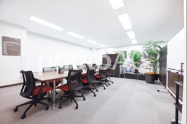 緑のあるオフィスの会議室の写真