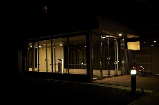 夜 夜景 暗い マンション オートロック 入り口 エントランス 自転車 ガラス 建物 建築 建築物 建造物 窓 コンクリート ネオン 街灯 街路灯 電灯 電気 暖色 駐輪 レンガ 煉瓦 れんが