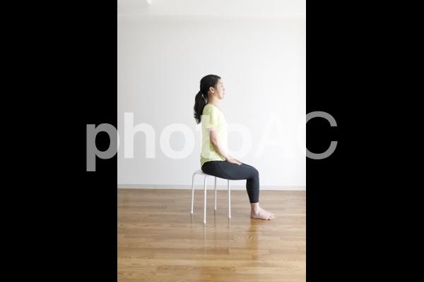 ストレッチ運動をする女性の写真