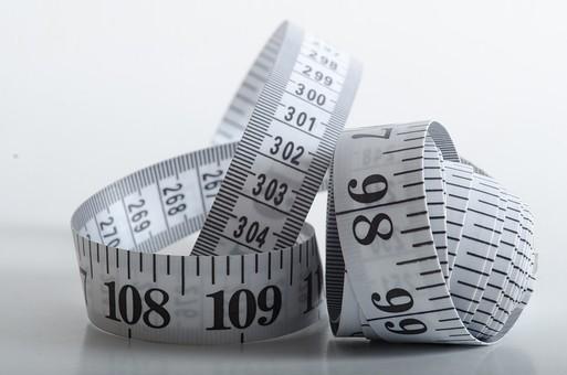 数字 目盛り メジャー 巻尺 長さ 採寸 測る 身体測定 計測 寸法 道具 工具 洋裁 DIY 工作 建築 裁縫 アップ 素材 ロール ものづくり 屋内 白バック 白背景 サイズ スティルライフ 白 スチルライフ