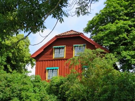 森 森林 家 屋敷 山小屋 木造 かわら 瓦 緑 木 青空 夏 自然 田舎 海外 外国 ヨーロッパ 北欧 スウェーデン