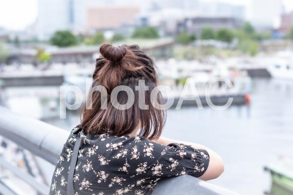 女性 後ろ姿の写真