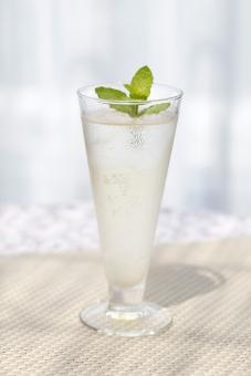 飲み物 透明 冷たい ジュース アルコール カクテル グラス ガラス コップ 液体 レモン 果物 フルーツ ビタミン 飾り テーブルクロス ランチョンマット テーブル 机 レース 影 日差し 日光 室内 屋内 無人