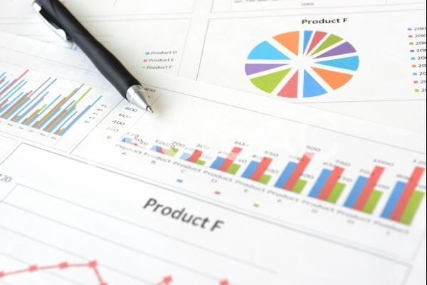 ビジネスチャートとボールペンの写真