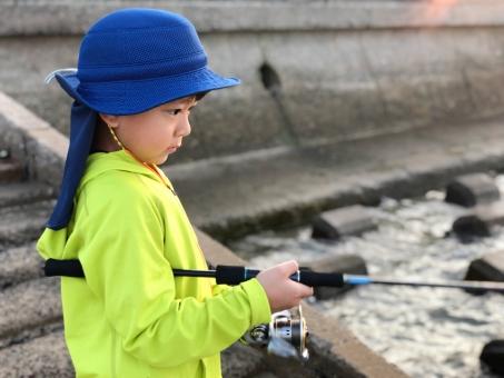 魚釣りをする男の子_01の写真