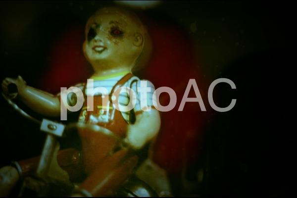 上から見下ろす赤い目をした人形の写真