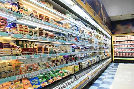 スーパーマーケット スーパー 流通 商業 店内  店舗 屋内 お店 品物 商品  棚 陳列棚 商品棚 陳列 並べる  生活 食品 食料品 通路 買い物  ショッピング 明るい カラフル 無人 売り場 外国 海外 冷蔵