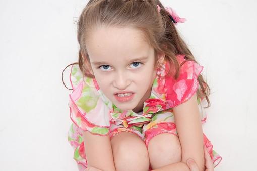 人物 こども 子供 女の子 少女  外国人 外人 キッズモデル あどけない かわいい   屋内 スタジオ撮影 白バック 白背景 長髪  ロングヘア ポートレイト ポートレート 表情 ポーズ  ワンピース 上を見る 見上げる 俯瞰 睨む 座る mdfk016