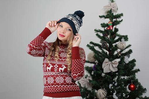 白バック 白背景 グレーバック 外国人 白人 金髪 ブロンド 20代 30代 女性 セーター ニット ノルディック柄 スカート クリスマス Christmas X'mas クリスマスツリー ツリー モミ もみの木 樅の木 モミの木 飾り オーナメント ボール リボン ブーツ 松ぼっくり 立つ 上半身 バストアップ バストショット ニット帽 帽子 キャップ ニットキャップ カメラ目線 mdff129