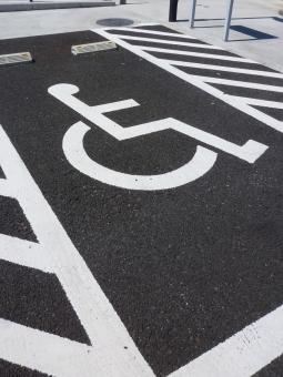 駐車場 車いす 車椅子 マーク 障害 介護 バリアフリー やさしさ 思いやり 気持ち 公園 駐車スペース 形 標識