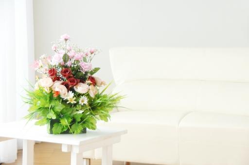 花 花々 植物 環境 リフレッシュ 香 フローラル リビング リビングルーム ソファー ソファ 椅子 リラックス 内装 部屋 室内 コピースペース テキストスペース 居間 建築 明るい 照明 空間 緑 エコ ライフスタイル マイホーム 住宅 おしゃれ