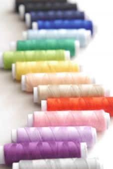糸 手芸 手作り ミシン 七色 色とりどり 色々 多彩 ビビッド 赤 ピンク 緑 黄色 青 グリーン ブルー 紫 素材 壁紙 テクスチャ 小物 虹色 イメージ 道具 カラフル 雑貨 背景 バックグラウンド 白バック レインボーカラー 鮮やか パステル 色 カラー