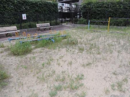 哀愁 ノスタルジー 公園 ベンチ 鉄棒 遊具 つまらない 不人気 面白くない 草 雑草 休憩 しょぼい 誰もいない 地面 土 飽きる すぐ飽きる