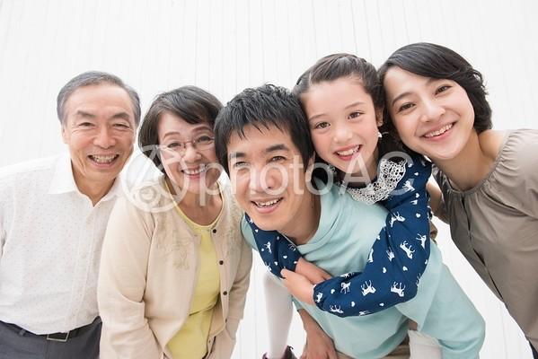 寄り添う仲良し三世代家族2の写真