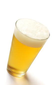 ドリンク 飲み物 飲料 アルコール お酒 ビール ビア 生ビール 発泡酒 ホップ 麦 ビアホール ビアガーデン グラス ガラス 夏 一杯 のどごし 泡 明るい 黄色 白 背景 大人 二十歳 アップ