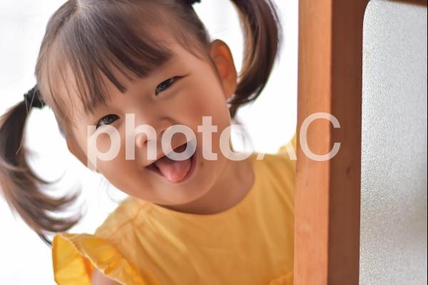 ばぁっとする子供の写真