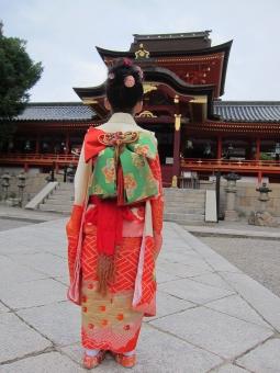 七五三 7才 お参り 神社 着物 女児 女の子 晴れ着 石清水八幡宮 華やか 儀式 日本 行事 成長