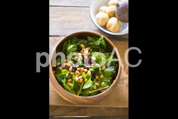 葉物野菜と豆のサラダの写真