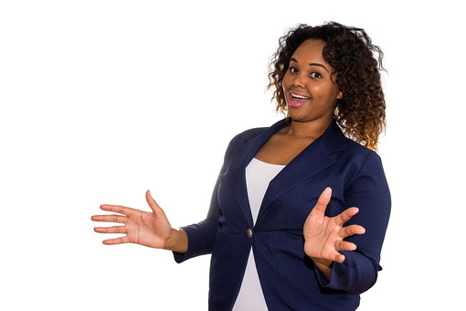 人物 外国人 外人 女性 外国人女性  外人女性 黒人 黒人女性 20代 30代  上半身 ポーズ 屋内 白バック 白背景  ジャケット スーツ ジェスチャー 驚く びっくり ビックリ 両手 広げる サプライズ うれしい 喜ぶ 表情 mdff073