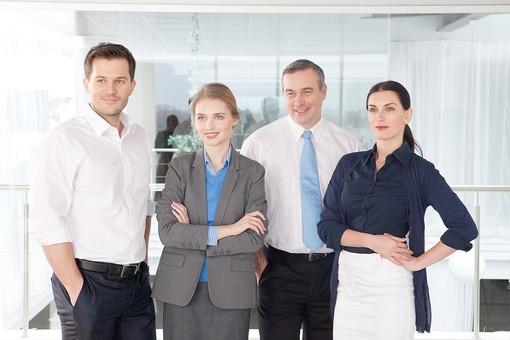 ビジネス 仕事 ビジネスマン 会社 会社員 グローバル インターナショナル 外国人 白人 男性 シャツ ネクタイ スーツ ビジネスウーマン キャリアウーマン 女性 スタイリッシュ 屋内 室内 オフィス タイトスカート 窓 並ぶ 腕組み 腕を組む 立つ 20代 30代 40代 中年 50代 集合 ポケットに手を入れる 4人 四人 笑う 笑顔 スマイル 微笑む 微笑み ほほえむ ほほえみ チーム 仲間 ビジネスチーム プロジェクトチーム 上司 ボス 同僚  部下  mdfm070 mdjms015 mdff131 mdff132