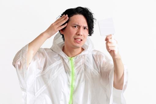 男 男性 人物 日本人 白背景 悩む カツラ 手 髪 髪の毛 鏡 見る チェック 白髪 頭 悩み 髭 カット ホワイトバック 顔 押さえる セット 美容院 シミ 抜け毛 脱毛 髪型 散髪 手鏡 スタイリング 気にする 生え際 薄毛 ハゲ AGA 育毛 増毛 育毛剤 植毛 脱毛症