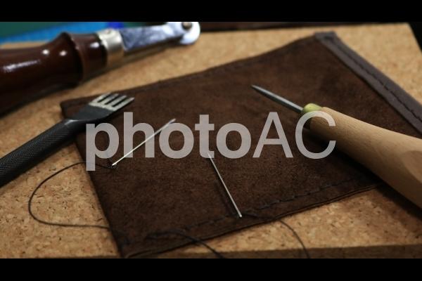レザークラフト 刺繡中のレザーの写真