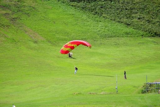 パラグライダー 体験 スポーツ 女性 飛ぶ 夏 秋 晴れ アウトドア 練習